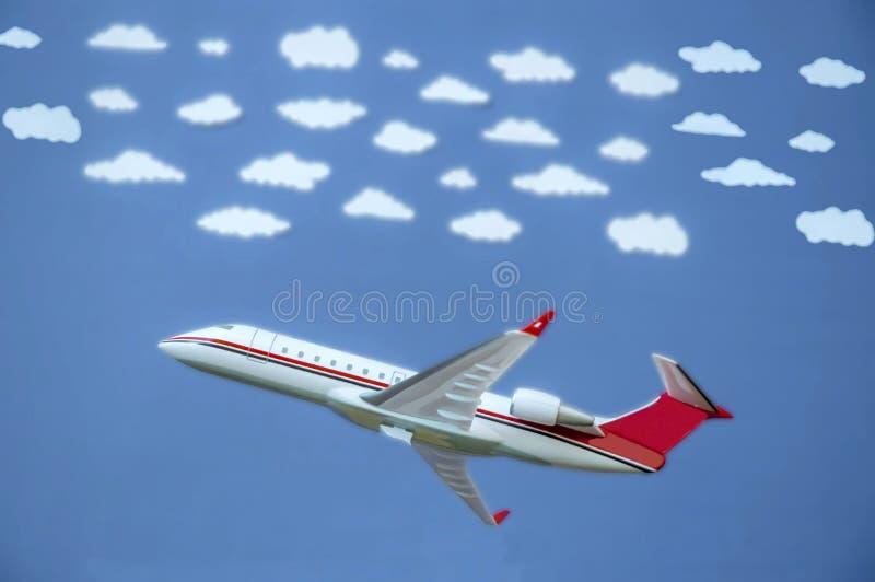 Vliegtuig met witte wolken royalty-vrije stock afbeelding