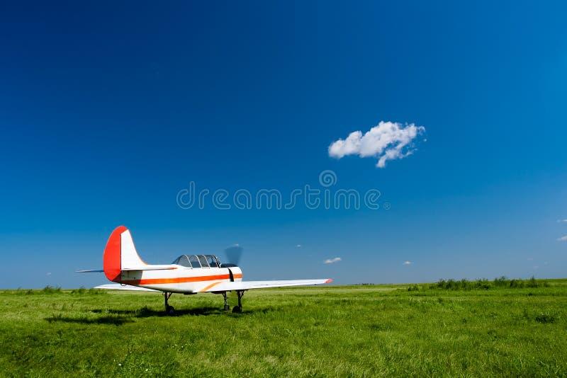 Download Vliegtuig Onder De Blauwe Hemelen Stock Afbeelding - Afbeelding bestaande uit propeller, motor: 10783789