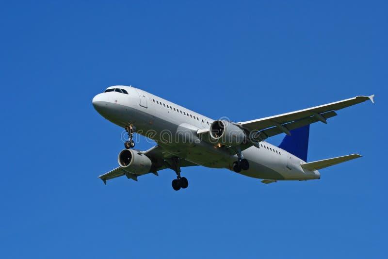Vliegtuig op blauwe hemel royalty-vrije stock fotografie
