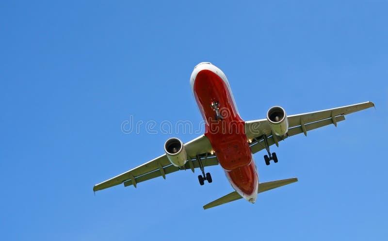Vliegtuig op blauwe hemel royalty-vrije stock foto's