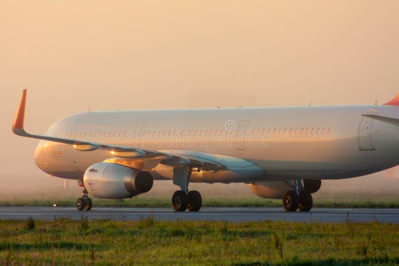 Vliegtuig op de taxibaan stock foto