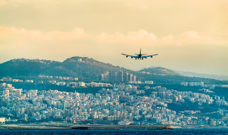 Vliegtuig op definitieve benadering van de Internationale Luchthaven van Beiroet, Libanon stock foto's