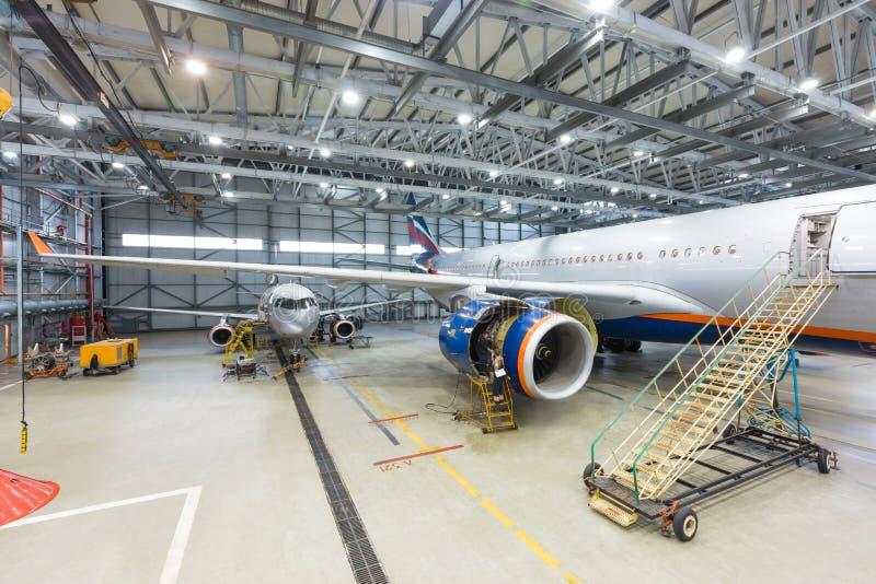 Vliegtuig op onderhoud bij de luchthaven die reparing te vliegen stock afbeeldingen