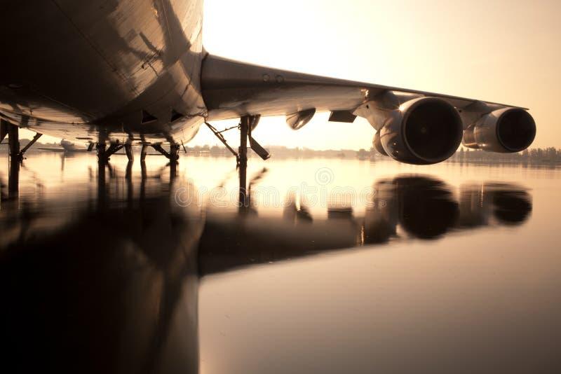 Vliegtuig op water bij luchthaven stock afbeelding