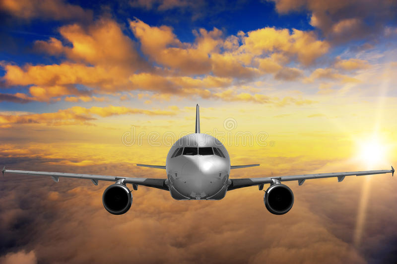 Vliegtuig op zonsonderganghemel stock fotografie