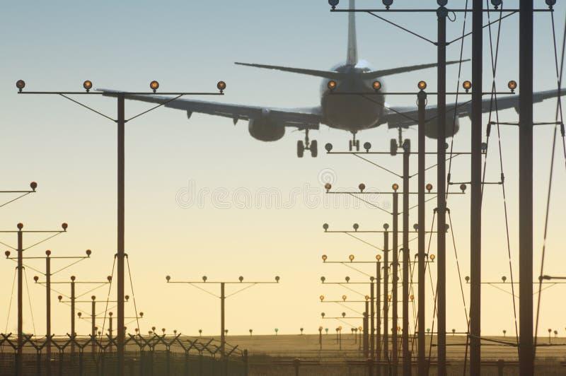 Vliegtuig over baan royalty-vrije stock fotografie