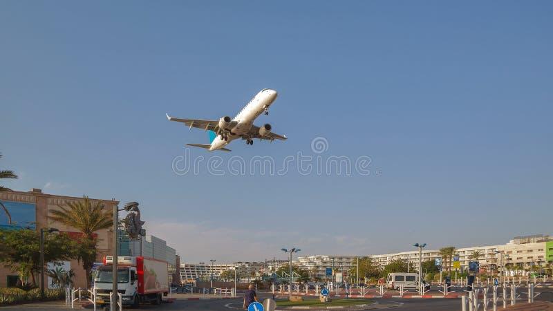 Vliegtuig over de stad van Eilat royalty-vrije stock foto