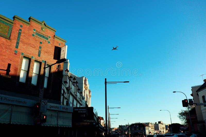Vliegtuig over Sydney-boven Nieuwe Stad stock foto's