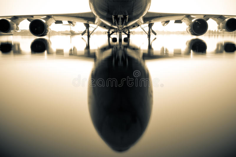 Vliegtuig over water royalty-vrije stock foto's