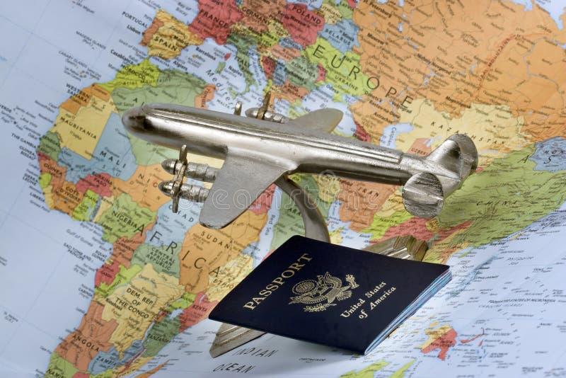 Vliegtuig, paspoort en kaart stock foto's