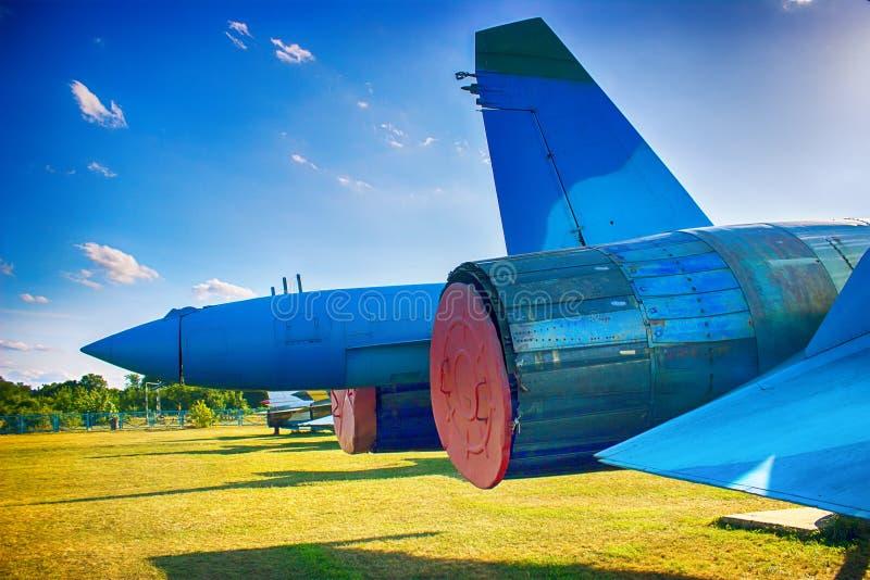 Vliegtuig in preflight dienst Vleugel en motoren van jet Achter mening royalty-vrije stock afbeeldingen