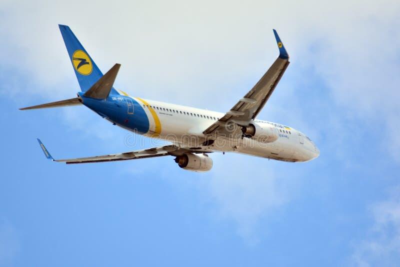 Vliegtuig ur-PST die Ukraine International Airlines Boeing 737-8AS van de Luchthaven van Warshau opstijgen Chopin stock afbeeldingen
