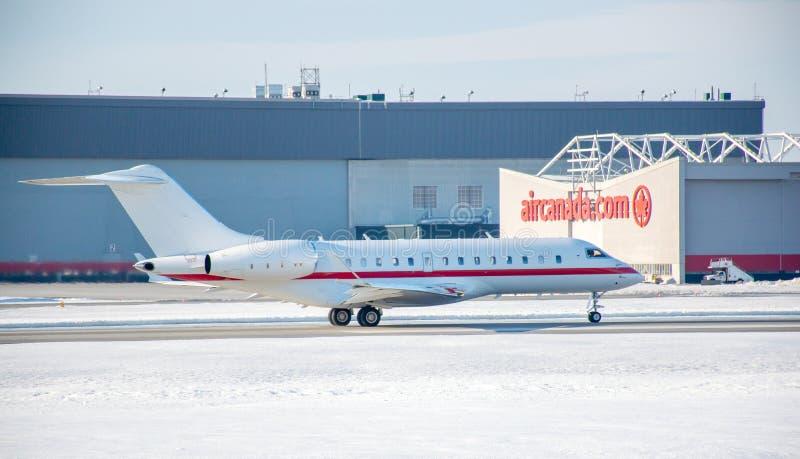 Vliegtuig van Air Canada boven de Trudeau-luchthaven royalty-vrije stock foto's