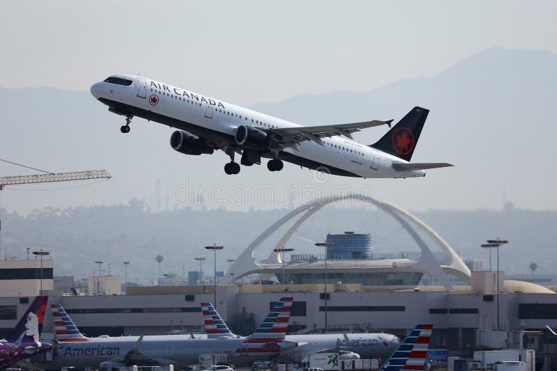 Vliegtuig van Air Canada dat van Los Angeles Airport LAX opstijgt stock afbeeldingen