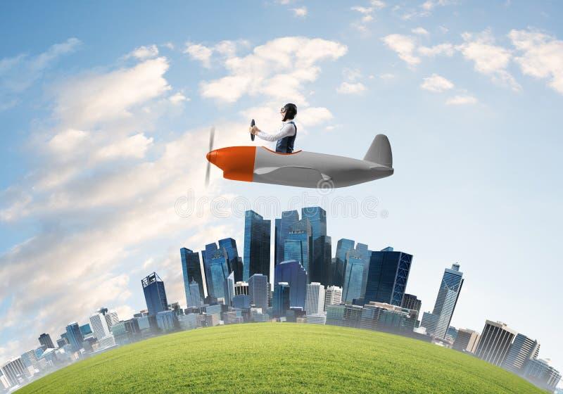 Vliegtuig van de vliegeniers het drijfpropeller boven stad royalty-vrije stock afbeeldingen