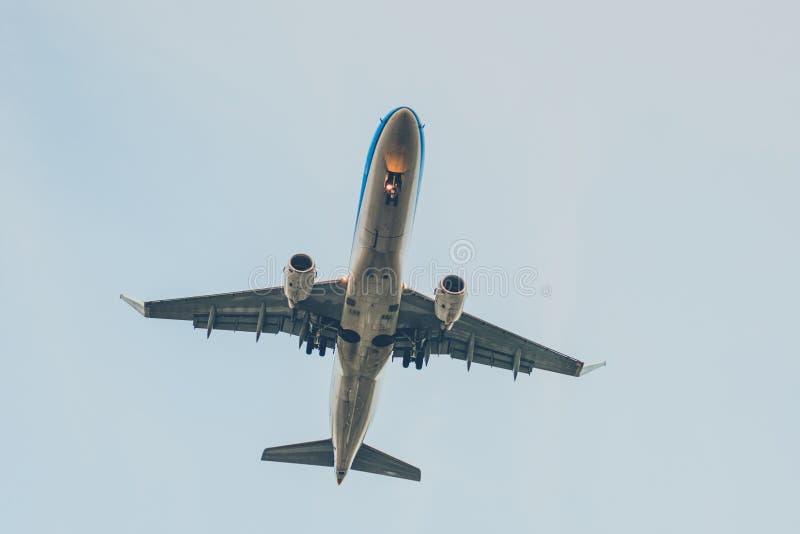 Vliegtuig van eronder, vliegtuigen die vliegen van onderaan stock foto