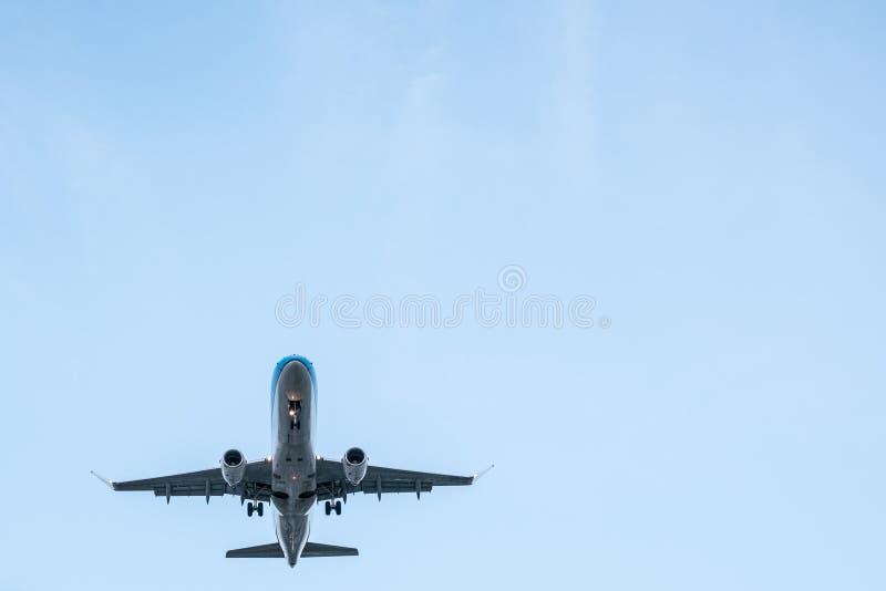 Vliegtuig van eronder, vliegtuigen die vliegen van onderaan stock afbeeldingen
