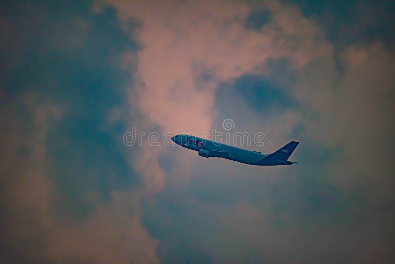 Vliegtuig van Fedex op zonsondergangachtergrond in Orlando International Airport stock fotografie