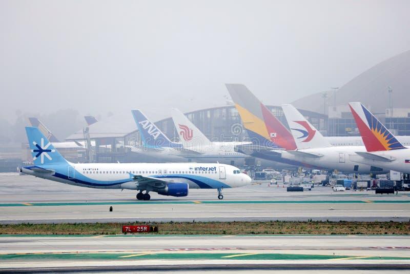 Vliegtuig van Interjet Airlines dat van de luchthaven, de luchthaven van Los Angeles, LAX stock foto's
