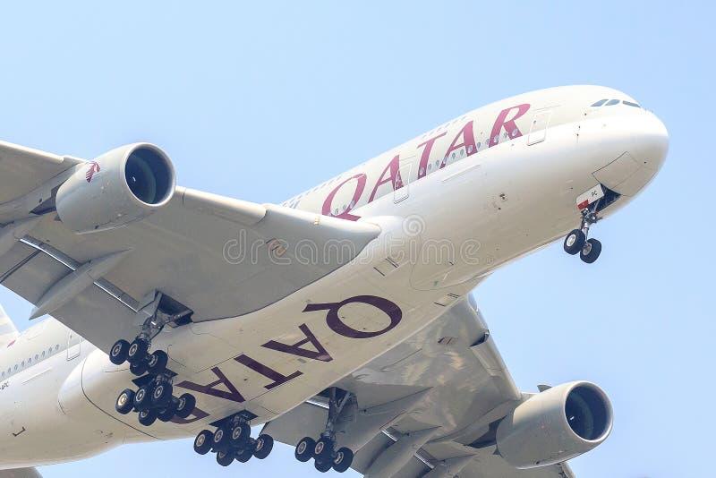 Vliegtuig van Qatar Airways of Luchtvaartlijnen op witte achtergrond wordt geïsoleerd die royalty-vrije stock fotografie