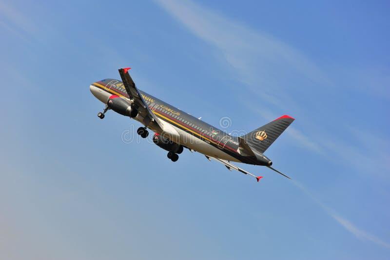 Vliegtuig van Royal Jordanian-Luchtvaartlijnen boven de luchthaven van Frankfurt royalty-vrije stock fotografie