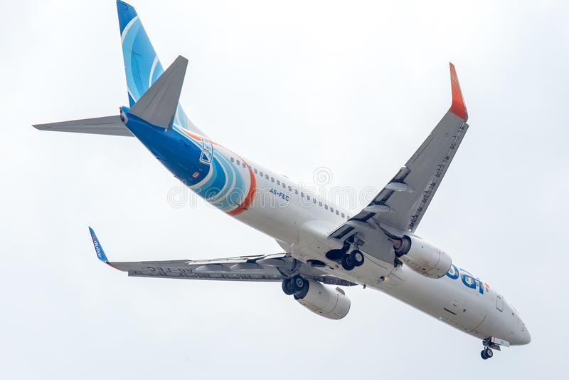 Vliegtuig van Vlieg Doubai of FlyDubai-Luchtroutes op de hemel die aan Suvanabhumi-luchthaven landen stock fotografie