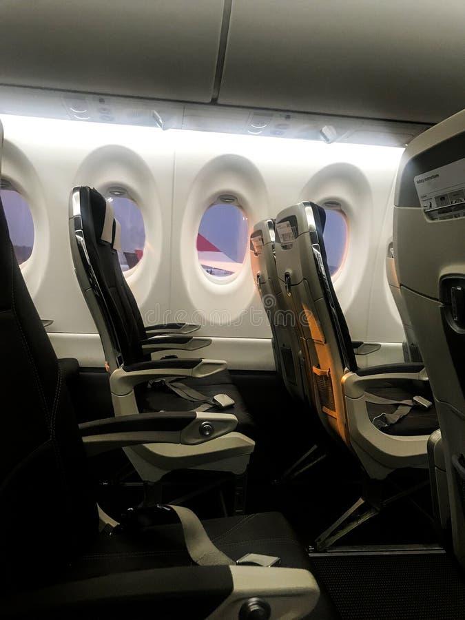 Vliegtuigbinnenland: lege zetels, klaar voor het inschepen royalty-vrije stock foto