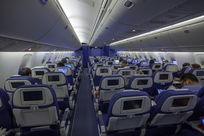 Vliegtuigbinnenland met passagiers stock foto