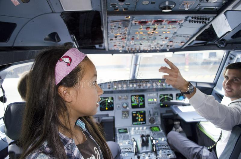 Vliegtuigcockpit met proef en gast stock afbeeldingen