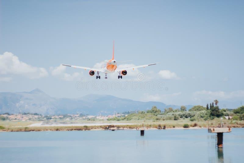 Vliegtuigen alvorens op de baan bij de luchthaven te landen stock foto