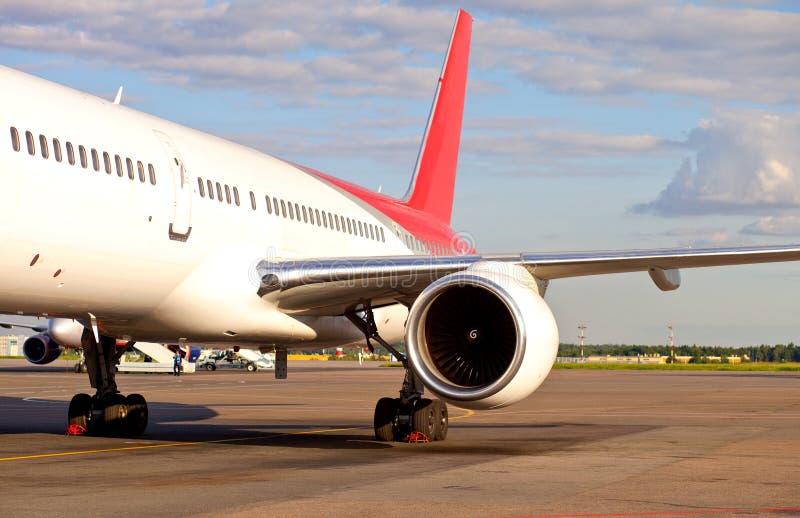Vliegtuigen bij de luchthaven stock afbeeldingen