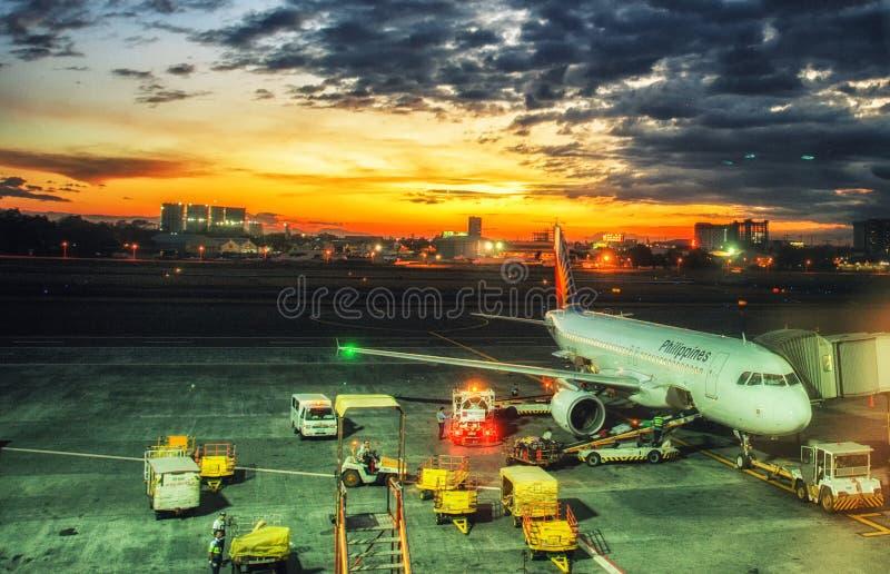 Vliegtuigen bij de luchthaven van de stad van Legazpi vroeg in de ochtend filippijnen stock foto