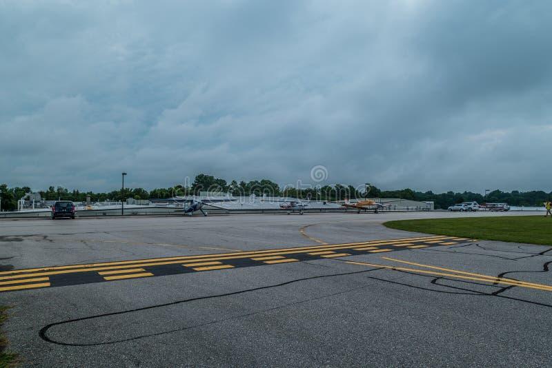 Vliegtuigen bij een kleine luchthaven worden geparkeerd die royalty-vrije stock foto
