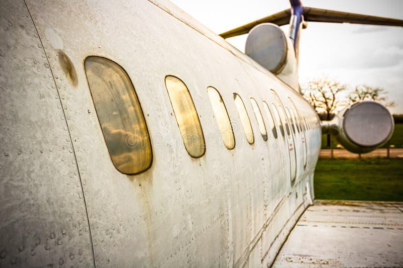 Vliegtuigen buiten royalty-vrije stock afbeeldingen