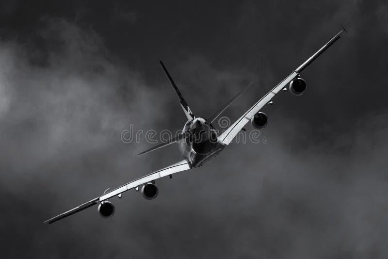 Vliegtuigen in de donkere hemel stock fotografie