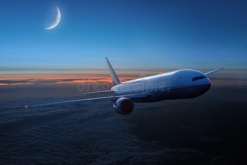 Vliegtuigen in de hemel bij nacht royalty-vrije stock foto's