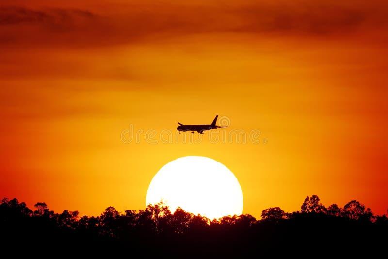 Vliegtuigen in de zonsondergang royalty-vrije stock foto's