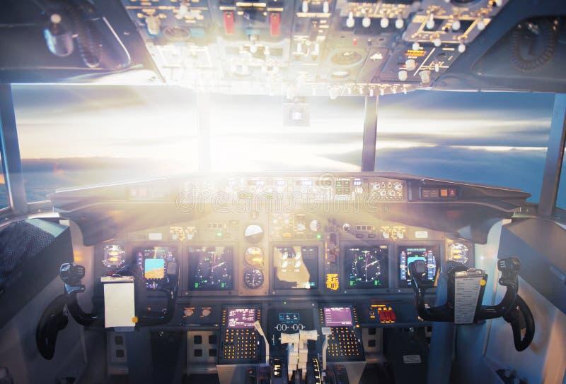 Vliegtuigen in de zonsondergang stock foto's