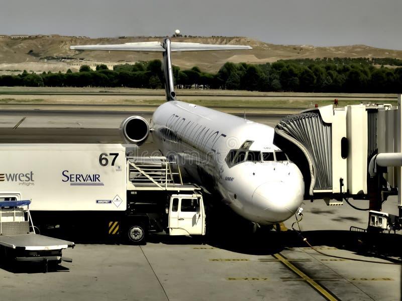 Vliegtuigen die in Barajas, Madrid bijtanken stock foto