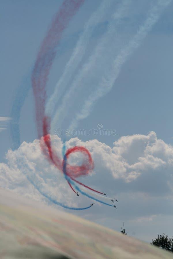 Vliegtuigen die kleurrijke rook in vorming maken royalty-vrije stock afbeelding