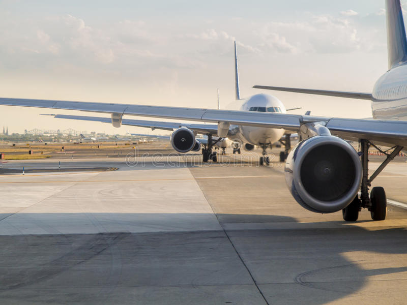 Vliegtuigen die op start wachten stock foto's