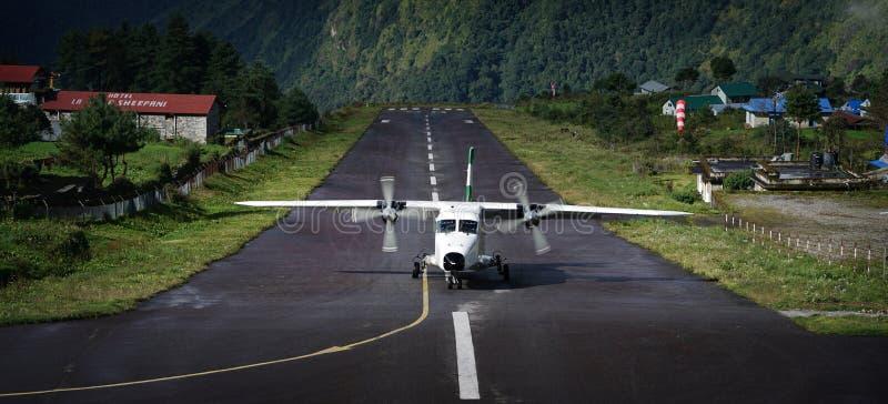 """Vliegtuigen die op Tenzing†""""Hillary Airport Runway, Lukla Nepa landen royalty-vrije stock afbeeldingen"""