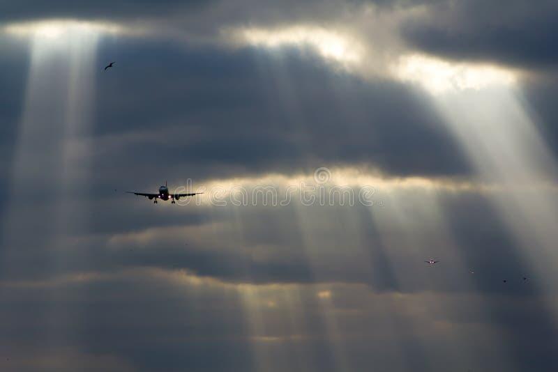 Vliegtuigen die Perfecte Hemel landen royalty-vrije stock fotografie