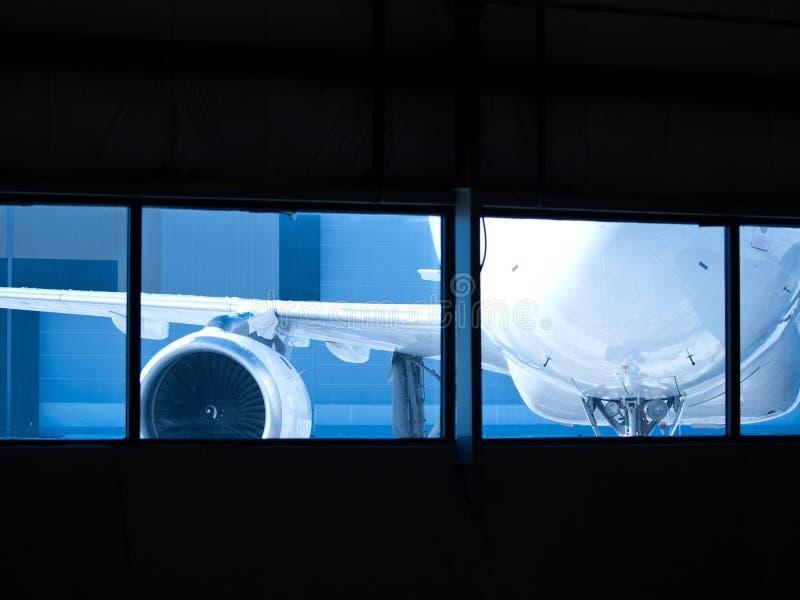 Vliegtuigen die voor onderhoud buiten wainting stock foto