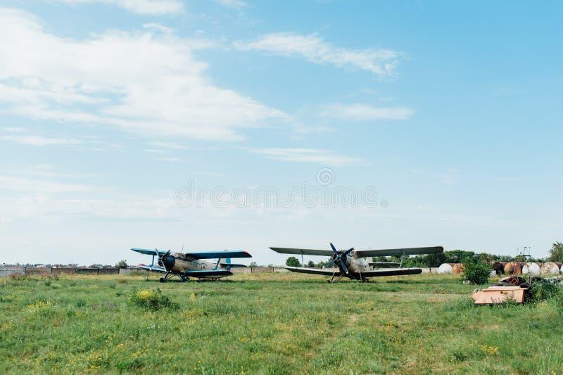 Vliegtuigen die zich op groen gras bevinden De Oekraïne, 2016 stock afbeelding