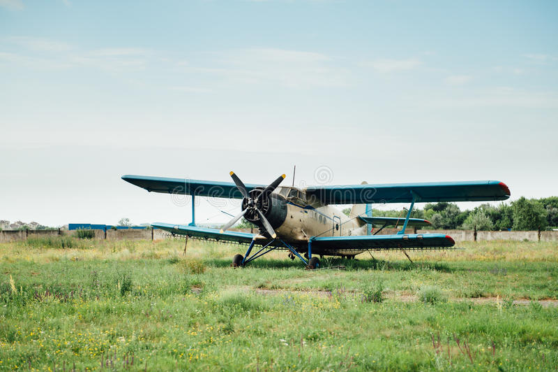 Vliegtuigen die zich op groen gras bevinden De Oekraïne, 2016 royalty-vrije stock afbeeldingen