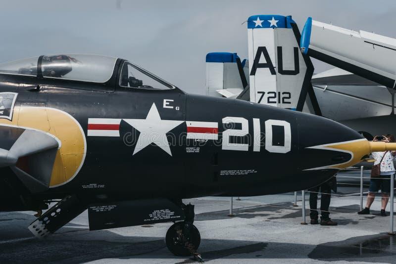 Vliegtuigen en helikopters buiten op de drager in Onversaagd Overzees en Luchtmuseum in New York, de V.S. royalty-vrije stock afbeeldingen