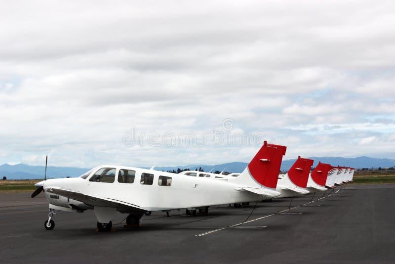 Vliegtuigen het parkeren stock afbeeldingen