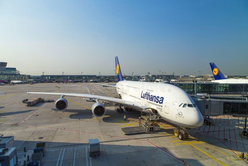 Vliegtuigen Klaar Voor Het Inschepen Redactionele Afbeelding
