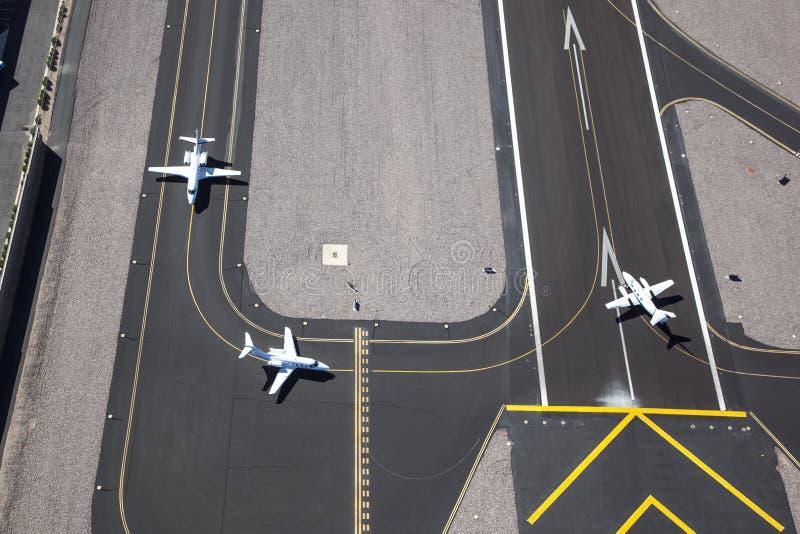 Vliegtuigen klaar voor start stock fotografie